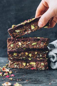 Gluten-free and vegan granola bars with pistachio