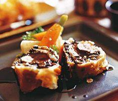 Fläskfilé Wellington (Swedish) Nostalgisk och ljuvlig är denna fläskfilé Wellington. Fluffig fyllning av grädde, vitlök och ljuvlig bakad leverpastej bredes på den snabbt brynta fläskfilén. Inbakad i knaprig smördeg med fin madeirasås och grönsaker får du en njutbar middag.  Detta är ett recept från Buffé nr 9, 2001.
