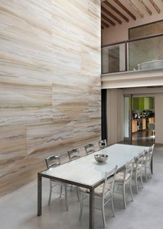 An inspiring example of a contemporary dining room with its stunning travertine tiles and high walls! Limestone Pavers, Travertine Pavers, Handmade Wallpaper, Minimal Home, High Walls, Fabric Wallpaper, Modern Wall, Dining Table, Dining Room