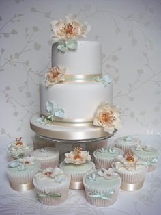 Vintage Gold & Green Cake and Cupcakes - the inspiration for this cake came from a vintage necklace Beautiful Wedding Cakes, Beautiful Cakes, Wedding Mint Green, Girly Cakes, Green Cake, Gold Cake, Cake Gallery, Cute Wedding Ideas, Wedding Cupcakes