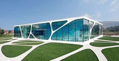 Corian et consorts, un matériau innovant. La façade du Leonardo Glass Cube, en Allemagne. Conçue par l'entreprise 3deluxe et fabriquée en HI-MACS par Rosskopf & Partner, elle met en évidence l'assemblage sans joint apparent du matériau et s'associe au verre.