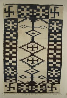 Rug Contains Spider Woman Crosses & Whirling Logs Very Similar to the one in the JB Moore 1911 Catalog. Bottom is a rare interlaced button loop finish. Native American Rugs, Native American Design, Native American Beading, American Indians, Navajo Art, Navajo Rugs, Native Indian, Native Art, Textiles