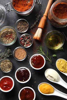"""Rubs und Marinaden sind wichtig, um Eurem Fleisch den besonderen Geschmackskick zu geben. Unterschieden wird dabei zwischen """"dry rubs"""" und """"wet rubs""""."""