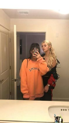 told ya it was her sweathshirt. she stole it back Loren Gray Snapchat, Small Bff Tattoos, Snapchat Selfies, Brother And Sister Love, Mode Grunge, Maggie Lindemann, Female Friends, Bff Pictures, Best Friend Goals