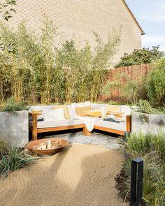 """Eigen Huis en Tuin on Instagram: """"Achter in de tuin van Merle en Pepijn werd plek gemaakt voor een knusse zithoek. De loungeset, beplanting en vuurschaal zorgen ervoor dat…"""" Backyard Fences, Outdoor Furniture Sets, Outdoor Decor, Sun Lounger, Garden Design, Treehouse, Inspiration, Bbq, Instagram"""