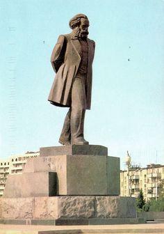 Forward through history Libertarian Socialism, Communist Propaganda, Karl Marx, Communism, Soviet Union, Cold War, Sculpture Art, Statues, Che Guevara