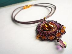 Collier Madras tissé en perles de Cristal de Swarovski et perles de verre couleurs Orange, violet et prune.
