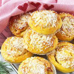 Fyllda saffransbullar – Lindas Bakskola Fika, Christmas Baking, All Things Christmas, Salmon Burgers, Bagel, Food To Make, Tart, Nom Nom, Muffin