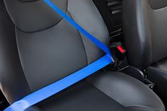 Stylische Sicherheitsgurte des Aixam Coupé GTI. #aixam #sicherheit #sicherheitsgurt Car Seats, Autos, Seat Belts, Black Interior Doors, Rear Window, Interior Trim, Remote, Car Seat