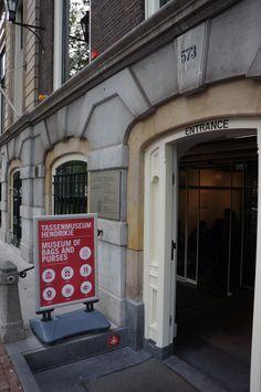 """.@Tassenmuseum Hendrikje Hendrikje (Herengracht 573): """"Wie doet er mee aan de #grachtencode? Je kan onze zegel vinden bij de ingang, je hoeft niet tussen 10:00 en 17:00 (onze openingstijden)..."""""""