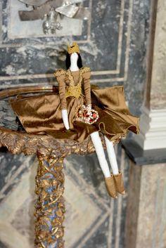 Mila Doll au Rosenborg Castle Copenhague #copenhagen#rosenborgcastle #tildadoll #copenhague #denamark  #reine #fashiondoll  #dolls #doll  #tilda #tildamania #tildalove #instadolls #artdolls #photodolls  #muñeca #bonecasdetecido  #bonequinhas #gold #dollsphotographie #handmadedolls #artdolls #arte #creatives  #bonecatilda #queendoll #queen