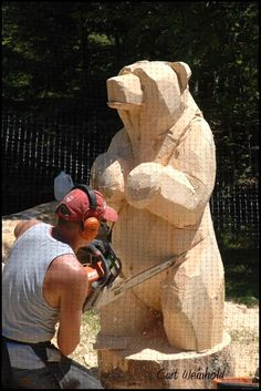 Chainsaw carving Bear - love his style  good visual of how chainsaw carving works