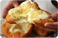 L'autre jour je suis tombée sur un article de Buzzfeed : 33 plats hongrois que le monde devrait connaître. Si vous allez regarder, vous verrez qu'effectivement, ça vaut le coup d'oeil ! Forcément quand j'ai vu la photo des langos, ces pains frits recouverts...