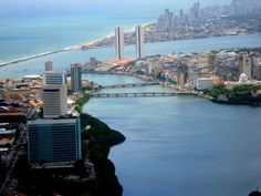 """""""Rio Capibaribe"""". """"Torres Gêmeas"""" ao fundo. Recife. Estado de Pernambuco, Brasil."""