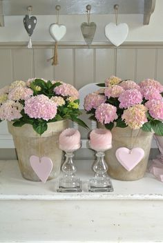 Como combinar velas, macetas con hortensias (pueden ser artificiales) y corazones siguiendo un tono basico pero con degrades.