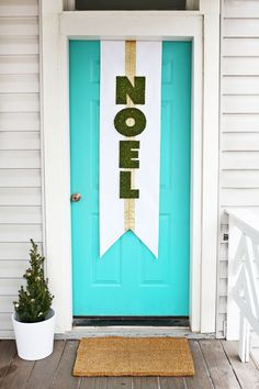 Noel door banner DIY from @elsiecake | Holiday Door Decor | NOEL Banner