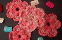 Flor de lana de dos colores en ganchillo.