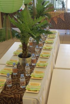 Jungle Safari Birthday Party Ideas Table 1 : toile jute / nappe beige / v& Table 2 : tissus l& ou girafe / v& Safari Party, Jungle Theme Parties, Jungle Theme Birthday, Lion King Birthday, Safari Birthday Party, Jungle Party, Jungle Theme Baby Shower, Giraffe Party, Birthday Ideas