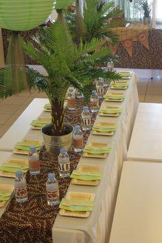 Table 1 : toile jute / nappe beige / végétation Table 2 : tissus léopard ou girafe / végétation