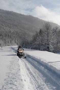 Mordez dans l'hiver gaspésien en motoneige! Filez sur plus de 3 000 km de sentiers entretenus et balisés et découvrez des points de vue époustouflants où les montagnes et la mer s'offrent en spectacle. Profitez de conditions idéales grâce à d'étonnantes accumulations de neige. Photo : Richard Marin.