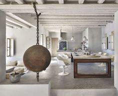 Une table utilisée comme élément central de la maison. Plus de photos sur Côté Maison : http://petitlien.fr/89ec
