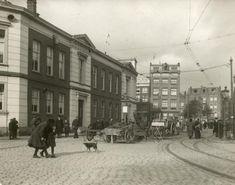 De straatkeien van de Rapenburgerstraat in Amsterdam gaan plaats maken voor asfalt. Amsterdam, 1914.