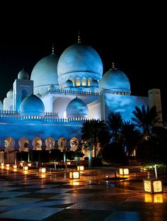 Lanterns in front of the Sheikh Zayed Grand Mosque in Abu Dhabi, United Arab Emirates - Emiratos Árabes Unidos - Émirats arabes unis Abu Dhabi, Places Around The World, Travel Around The World, Around The Worlds, Dubai, Beautiful World, Beautiful Places, Beautiful Pictures, Places To Travel