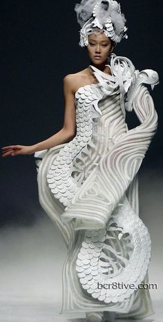 Paper dress couture dragon lady dress Highlights from China Fashion Week 2012 - Xu Ming Foto Fashion, 3d Fashion, Weird Fashion, China Fashion, Fashion Weeks, Couture Fashion, Fashion Show, Fashion Design, Runway Fashion