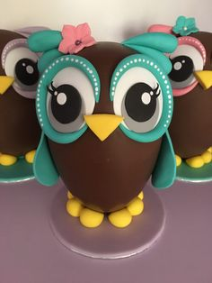Samantha of Party Cakes is a talented cake decorator from Greece. She made this super adorable Owl Chocolate Easter Egg for her daughters and nieces who wanted owls in different colors. If you were lo Easter Table, Easter Eggs, Chocolates, Owl Cake Birthday, Pinata Cake, Egg And I, Looking For A Recipe, Easter Chocolate, Egg Art