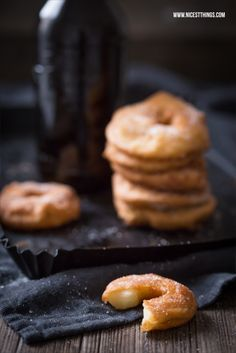 Rezept für in Bierteig frittierte Apfelringe mit Zimt - http://www.nicestthings.com/2015/11/frittierte-apfelringe-im-bierteig-so-geht-saechsisch.html