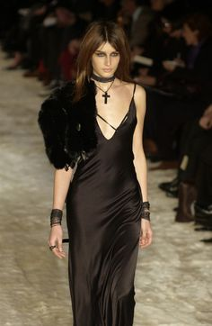 Top Gothic Fashion Tips To Keep You In Style. As trends change, and you age, be willing to alter your style so that you can always look your best. Consistently using good gothic fashion sense can help Gothic Fashion, High Fashion, Fashion Show, Fashion Outfits, Dark Fashion, Fashion Fashion, Fashion Trends, Haute Couture Style, Alternative Mode