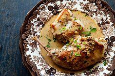 Coelho assado. Receita completa: http://receitasua.com/coelho-assado - 1 coelho pequeno; - 2 colheres (chá) de sal; - 1 colher (chá) de suco de limão; - 1 colher (sopa) de tempero pronto em pó; - 1 maço de cheiro verde; - 4 colheres (sopa) de mostarda; - 4 colheres (sopa) de azeite de oliva; - 4 colheres (sopa) de farinha de rosca; - 1 lata de