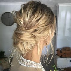 Ce chignon bas entrecroisé Pour un look coiffé-décoiffé impeccable! #lookdujour #ldj #hair #hairdo #updo #lowbun #bun #hairofig #pretty #blonde #inspiration #regram @emmachenartistry