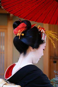 Kyoto Woman, el detalle del adorno en rojo significa que es virgen, por lo que está más cotizada