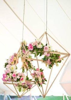 Décoration florale géométrique - waouw! Les tons rose, vert, blanc et doré sont magnifique pour sublimer la décoration d'un mariage! très élégant.