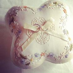 ご縁があって作らせていただいたリングピロー。 10月の花嫁さんへ。素敵な式になりますように…!