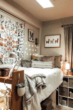 33 Awesome College Bedroom Decor Ideas And Remodel - 33 Bedroom Design Ideas - Dorm Room Cozy Dorm Room, Dorm Room Walls, Cute Dorm Rooms, Girl Dorm Rooms, Girls Bedroom, Dorm Room Closet, Uni Room, Dorm Room Beds, Best Dorm Rooms
