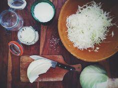 Fermenteringens kunst er blot et bud, en metode, en tilgang til netop; naturen, maden og måltidet. Når man fermenterer øver man sig med sine sanser ved at dufte, smage og observere de levende mikro…