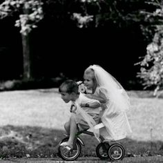 just married/young love. Black N White, Black White Photos, Black And White Photography, Robert Doisneau, Young Love, Jolie Photo, Just Married, Beautiful Children, Cute Kids