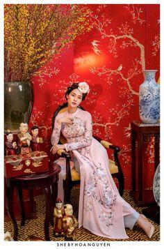 #vietnam #vietnam #traditional Vietnamese Traditional Dress, Vietnamese Dress, Ao Dai, Chinese Bride, Traditional Gowns, Oriental Fashion, Oriental Style, Chinese Style, Asian Woman