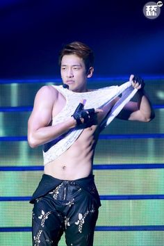[32 images][33 caps][2 full][13 fancams] Rain at The Squall World Tour concert stop in Shanghai. (12/26)