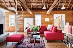 Sala com sofá seccional.  Fotografia: Reprodução / Scott Frances / Architectural Digest.