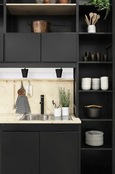 cuisine noire meubles en noir avec zone lavabo en blanc