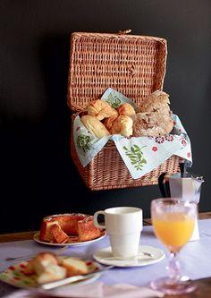A cesta suspensa dá um charme a mais e ainda amplia o espaço para colocar as guloseimas do café da manhã | rustic basket | breakfast | Foto: Rogério Voltan/Editora Globo