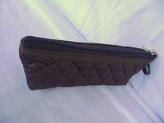 Nécessaire feita em tecido matelado dublado e forrada com nylon.   Mede aproximadamente 20cm de largura, 8cm de altura e 5cm de profundidade. R$ 18,00