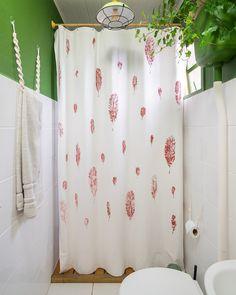 Aprenda a fazer uma cortina de tecido personalizada para usar no box do seu banheiro pequeno.