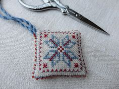 Steekjes & Kruisjes van Marijke: Kerstkadootjes  Using beads in the seam edge for a new finish
