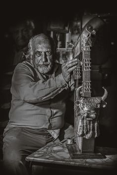 Sumerian harp maker - Omar Mohamed Fadel Agaysarh Sumerian maker workmanship inherited this from his father, Mohamed Fadel, the first musical machinery maker