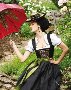 Dasschwarze Dirndl als Klassiker, modisch interpretiert. Sportalm Kitzbühel 2014