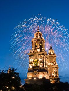Morelia Cathedral was built in the XVIII century in the Spanish colonial times, is a baroque style and is made of pink quarry, that gives a peculiar color and characteristic